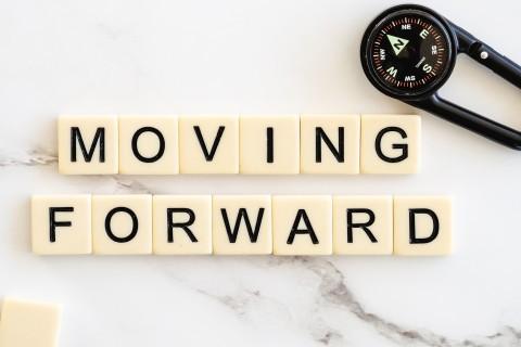 moving-forward-4777506_1920